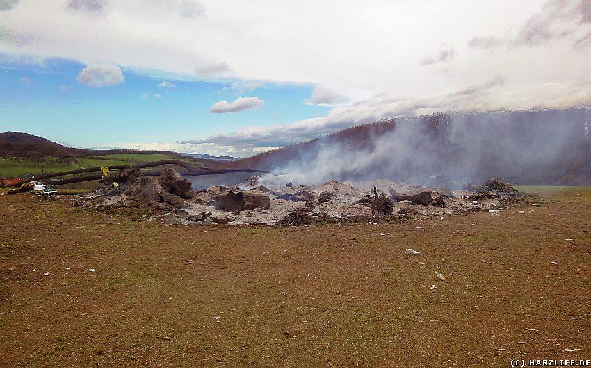 Die ausgebrannten Reste des Osterfeuers am Tag danach