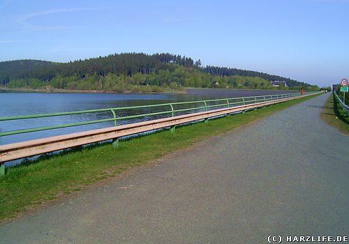 Blick auf Staumauer und Stausee der Granetalsperre