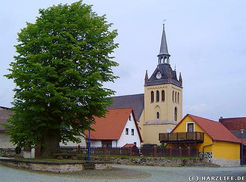 Ortsbild von Hayn mit neogotischer Kirche