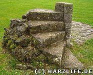 Steinerne Stufen in der Kirchenruine