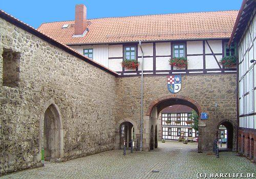 Durchfahrt mit Wappen im Ortszentrum von Walkenried